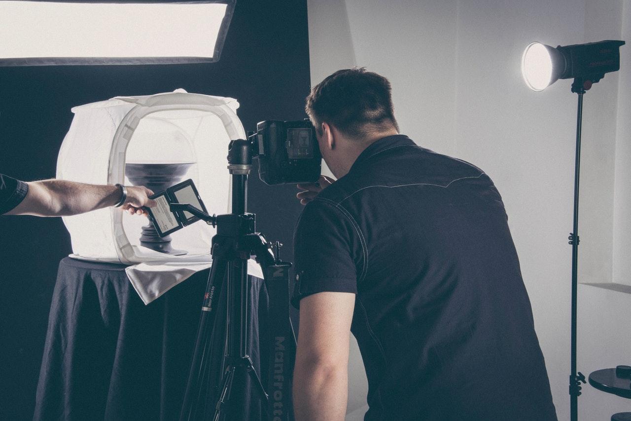 Fotograf koristi foto kutiju za slikanje predmeta