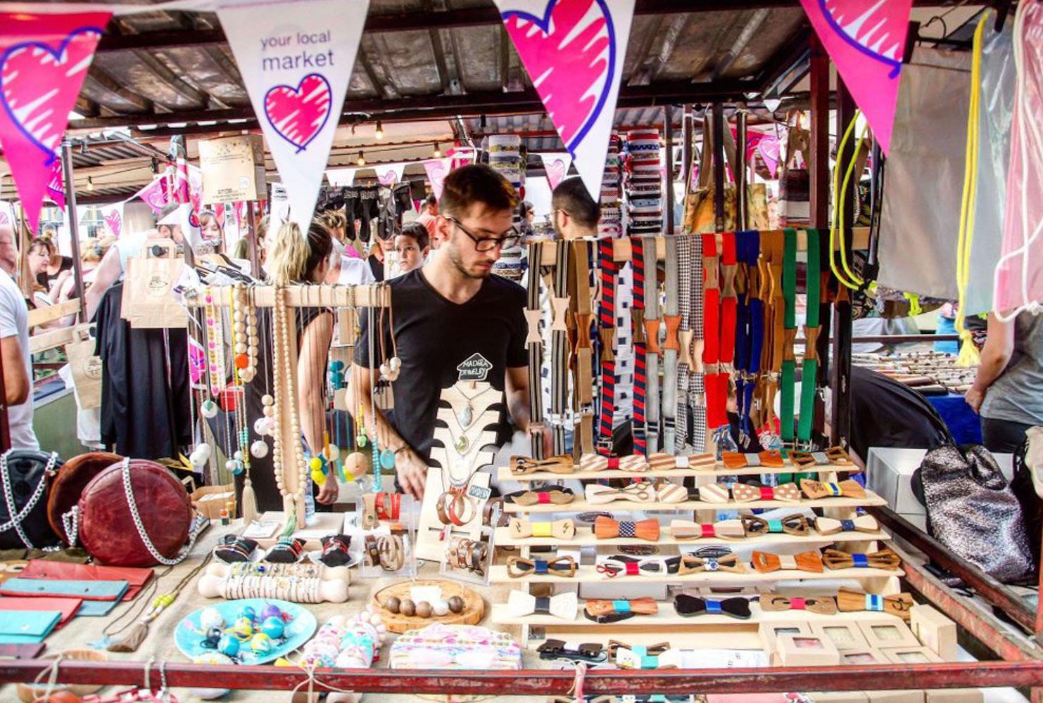 Prodavac handmade proizvoda za tezgom